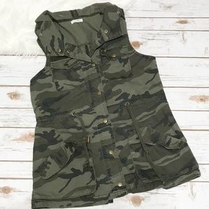 Maurices Camo Vest Snap Button Hooded Medium